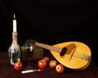 俄式三弦琴和果子 免版税库存图片