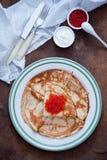 俄式薄煎饼用红色鱼子酱 免版税库存图片