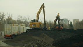 俄斯拉发,捷克,2018年11月28日:取消污染的土壤污水装货和撤除从含毒物 股票录像