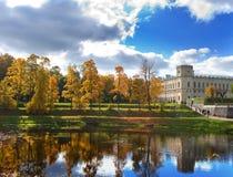 俄罗斯。圣彼德堡。Gatchina。秋天在宫殿公园。风景在一个晴天 免版税库存图片
