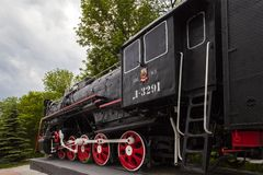 俄罗斯乌里扬诺夫斯克2018年 06 05 机车纪念碑L-3291 强有力的美丽的俄国机车 免版税库存照片