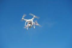 俄罗斯伊尔库次克- 2017年2月04日:与照相机的寄生虫quadrocopter 免版税图库摄影