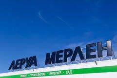 俄罗斯克麦罗沃州2019-04-02李洛埃默林反对天空蔚蓝的品牌标志 法国住所改善,修造的工具,从事园艺的零售商 免版税库存图片