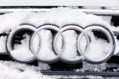 俄罗斯克麦罗沃州2018-12-23特写镜头金属象征品牌象有四个圆环的奥迪A6,报道用蓬松雪 概念德语 库存照片