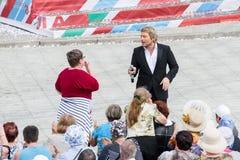 俄罗斯卡累利阿Kondopoga - 7月08-2014 :爱好者送一个亲吻到艺术家和歌手尼古拉Baskov 免版税库存照片
