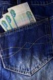 俄罗斯卢布在臀部口袋牛仔裤外面的棍子 免版税库存图片