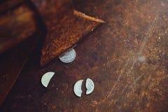 俄罗斯卢布的分裂由轴、一枚硬币的贫穷和贫穷的在一半,在生锈的背景的贬值, sanctio的 库存照片