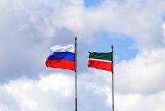 俄罗斯和鞑靼斯坦共和国的旗子 免版税图库摄影