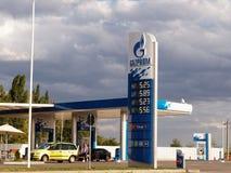 俄罗斯天然气工业股份公司与给汽车加油的加油站 免版税图库摄影