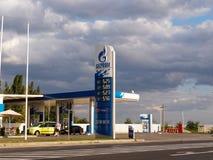 俄罗斯天然气工业股份公司与给汽车加油的加油站 库存图片