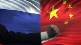 俄罗斯对中国交锋,国家分歧,在旗子背景的拳头 股票录像