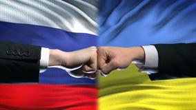 俄罗斯对乌克兰冲突,国际关系,在旗子背景的拳头 股票录像