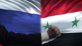 俄罗斯对叙利亚交锋,国家分歧,在旗子背景的拳头 股票录像