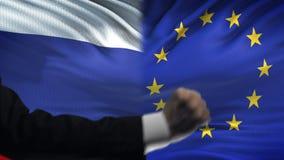 俄罗斯对欧盟交锋,国家分歧,在旗子背景的拳头 股票视频