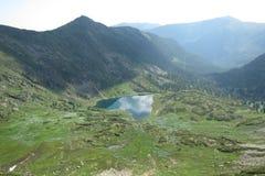 俄罗斯峰顶Cherskogo湖热 库存照片
