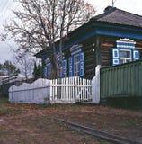 俄罗斯的与白色栏杆和绿色委员会标尺乡间别墅的贝加尔湖宿营 免版税库存照片