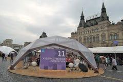 俄罗斯的书 胶大厦在背景 免版税库存图片