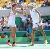 俄罗斯的叶卡捷琳娜・马卡洛娃(l)和艾莲娜・费丝莲娜行动的在妇女的里约的双决赛期间2016年 库存图片