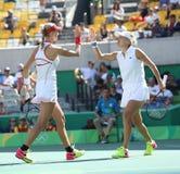 俄罗斯的叶卡捷琳娜・马卡洛娃(l)和艾莲娜・费丝莲娜行动的在妇女的里约的双决赛期间2016年 免版税库存图片