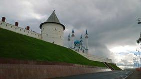 俄罗斯的地标:喀山克里姆林宫和Kul谢里夫清真寺的墙壁的看法 库存图片