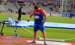 从俄罗斯的康斯坦丁Lyadusov在人的铅球DecaNation国际室外游戏竞争 免版税库存照片