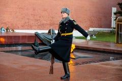 俄罗斯的总统护卫队的每小时变动无名战士坟茔的和永恒火焰在亚历山大在Kremli附近从事园艺 库存图片