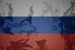 俄罗斯的旗子卡其色的纹理的 装甲攻击机体关闭概念标志绿色m4a1军用步枪s射击了数据条工作室作战u 图库摄影