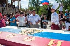 以俄罗斯的旗子的形式一个蛋糕 免版税库存照片