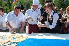 以俄罗斯的旗子的形式一个蛋糕 免版税图库摄影
