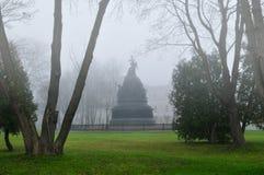 俄罗斯的纪念碑千年在秋天有雾的天气的, Veliky诺夫哥罗德,俄罗斯诺夫哥罗德克里姆林宫 免版税库存图片