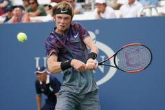 俄罗斯的职业网球球员安德雷Rublev行动的在他的美国公开赛2017秒回合比赛期间 图库摄影