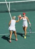 俄罗斯的艾莲娜・费丝莲娜(l)和叶卡捷琳娜・马卡洛娃行动的在妇女的里约的双决赛期间2016年 免版税库存照片