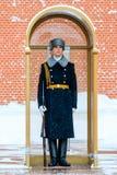 俄罗斯的总统军团的卫兵在无名战士附近坟茔的和永恒火焰在亚历山大在克里姆林宫墙壁附近从事园艺 免版税图库摄影