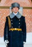 俄罗斯的总统军团的卫兵在无名战士附近坟茔的和永恒火焰在亚历山大在克里姆林宫墙壁附近从事园艺 免版税库存图片