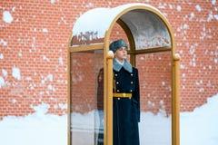 俄罗斯的总统军团的卫兵在无名战士附近坟茔的和永恒火焰在亚历山大在克里姆林宫墙壁附近从事园艺 图库摄影