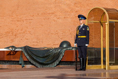 俄罗斯的总统军团的卫兵在无名战士附近坟茔的  免版税库存照片