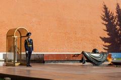 俄罗斯的总统军团的卫兵在无名战士附近坟茔的  免版税库存图片