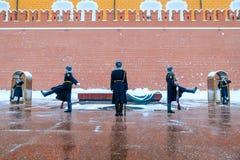 俄罗斯的总统护卫队的每小时变动无名战士坟茔的和永恒火焰在亚历山大在Kremli附近从事园艺 库存照片