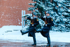 俄罗斯的总统护卫队的每小时变动无名战士坟茔的和永恒火焰在亚历山大在Kremli附近从事园艺 免版税库存图片