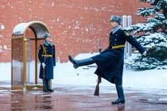 俄罗斯的总统护卫队的每小时变动无名战士坟茔的和永恒火焰在亚历山大在Kremli附近从事园艺 图库摄影
