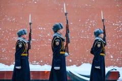 俄罗斯的总统护卫队的每小时变动无名战士坟茔的和永恒火焰在亚历山大在Kremli附近从事园艺 免版税库存照片