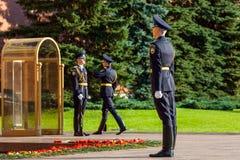俄罗斯的总统护卫队的每小时变动无名战士坟茔的  免版税库存照片