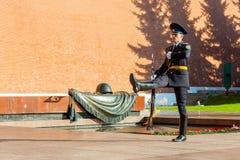 俄罗斯的总统护卫队的每小时变动无名战士坟茔的  库存照片