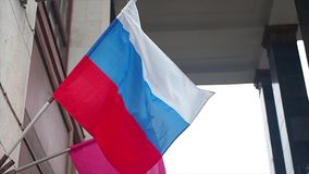 俄罗斯联邦和莫斯科国旗房子背景的 股票录像