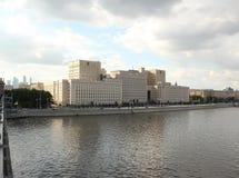 俄罗斯联邦国防部的大厦在伏龙芝城堤防的 库存图片