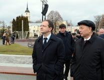 俄罗斯联邦弗拉基米尔Medinsky和卡卢加州地区州长开头的阿纳托利阿尔塔莫诺夫的文化部部长  免版税库存图片