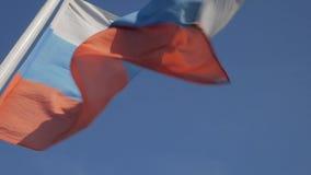 俄罗斯联邦旗子反对蓝天的 影视素材