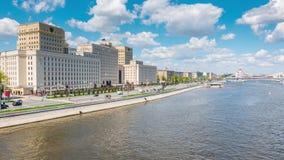 俄罗斯联邦的兵部Timelapse在伏龙芝城堤防的在莫斯科 股票视频