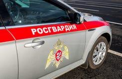 俄罗斯联邦的国民警卫队的队伍的题字Rosgvardia和象征在汽车板的  免版税库存照片