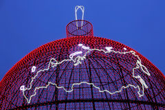 俄罗斯联邦的地图在发光的圣诞节球背景的  免版税库存照片